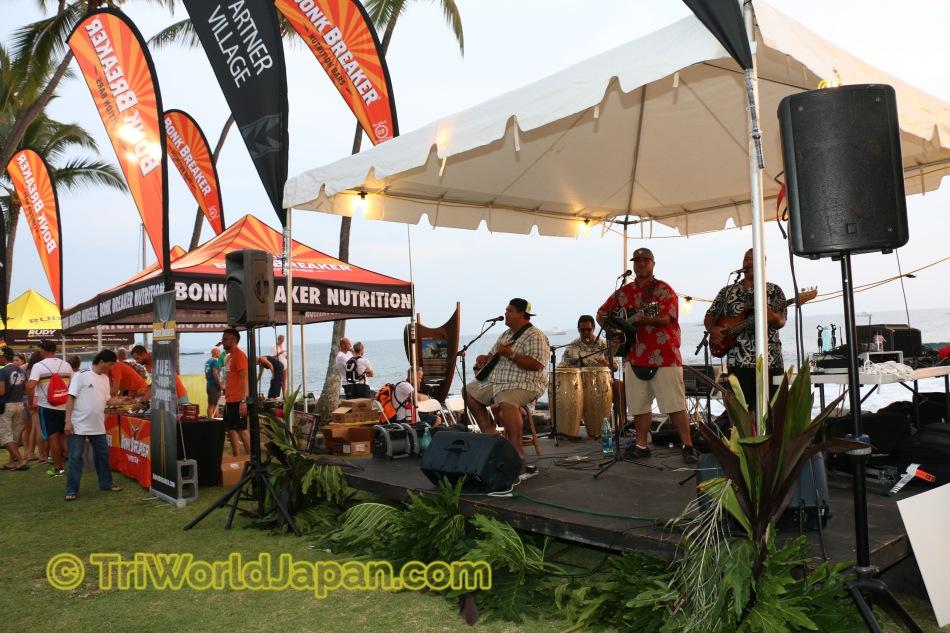 エキスポでは、商品をただ見るだけではなく、ハワイアンミュージックも聞きながら楽しめます