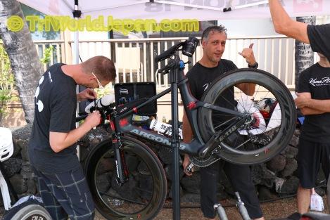 毎年ハワイでのバイクカウント数を増やすカナダ発Argon 18のブースでは、ライダー限定無料メンテ中