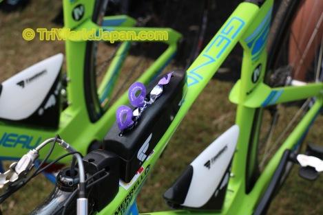 Garneau TTR1バイクのトップチューブには、2点ボルトがあり、専用ベントーボックスをしっかり固定できる