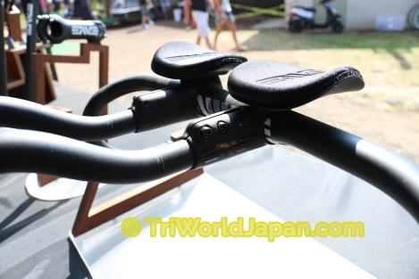 先日新しく発表されたクリップオンバー。ロードバイクのドロップハンドルバーにも装着が可能