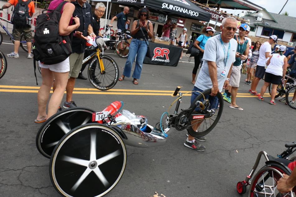 鏡ばりのボディーをしているハンドサイクルバイク