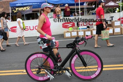 エイジ選手のマッドブラックとピンク色したCannondale Slice